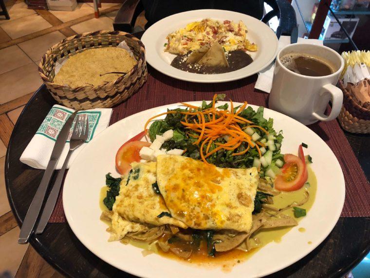 メキシコシティのカフェで朝食