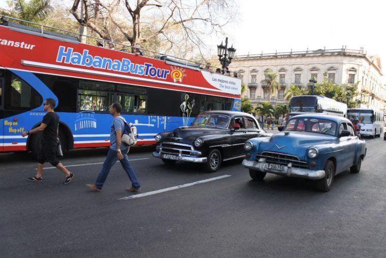 キューバの首都ハバナ ツアーバスとクラシックカーが共存