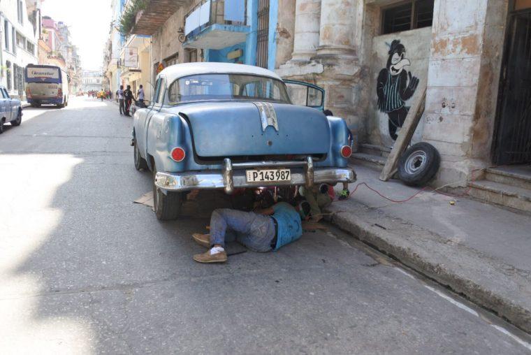 キューバの首都ハバナの光景クラシックカーの修理