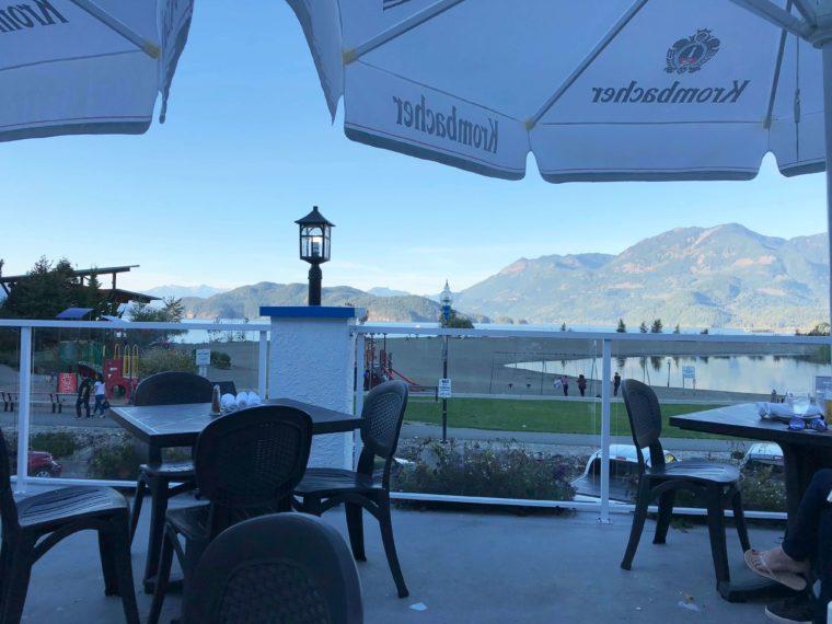 ハリソンホットスプリングのギリシャ料理レストラン パティオからの景色
