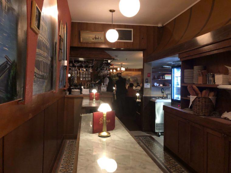 バンクーバーのムーディーなイタリアンレストランでディナー